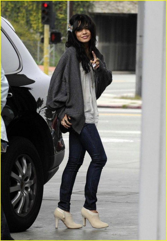 vanessa-hudgens-gas-station-04